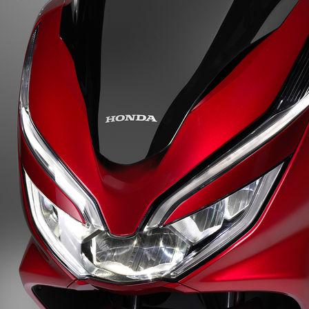 Grande plano dos faróis da Honda PCX125.
