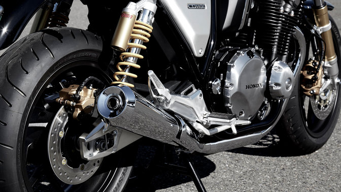 Grande plano do escape da Honda CB1100 RS.