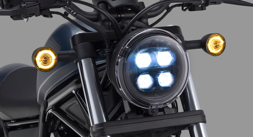 Grande plano do farol da Honda CMX500 Rebel.